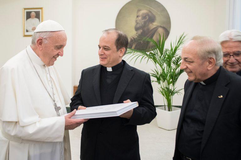 """Consegnato a Papa Francesco il prezioso volume """"200 anni al sevizio del Papa"""" 1"""
