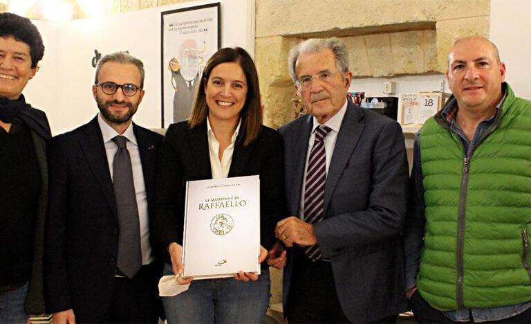"""Romano Prodi sorpreso da """"Le Madonne di Raffaello"""": il regalo di San Paolo Patrimonio"""